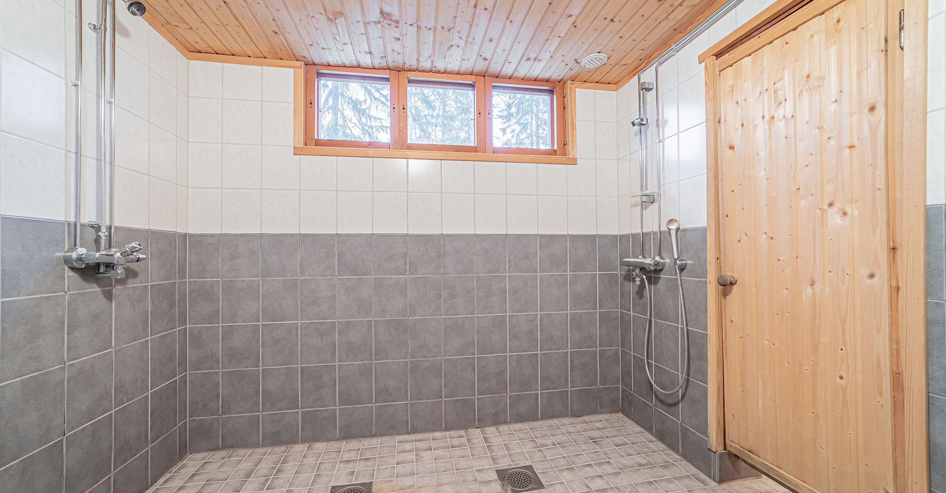 Kylpyhuoneessa 3 eri suihkua   Hyvelän Maja • Pori