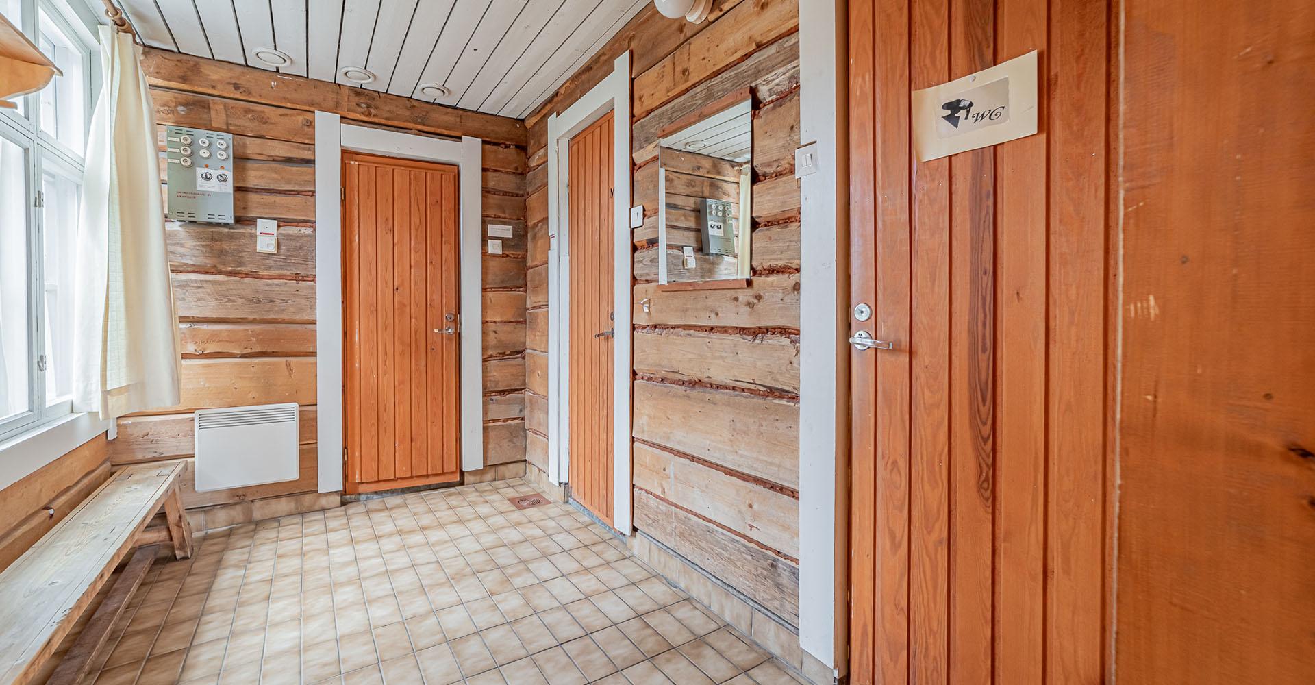 Saunan pukuhuone ja wc-tilat   Hyvelän Maja • Pori